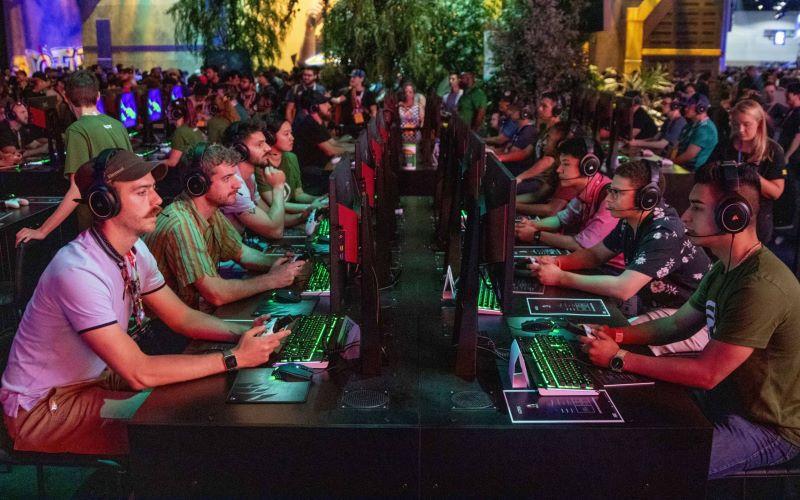 Para gamer mencoba versi beta gim video. - Bloomberg / Kyle Grillot