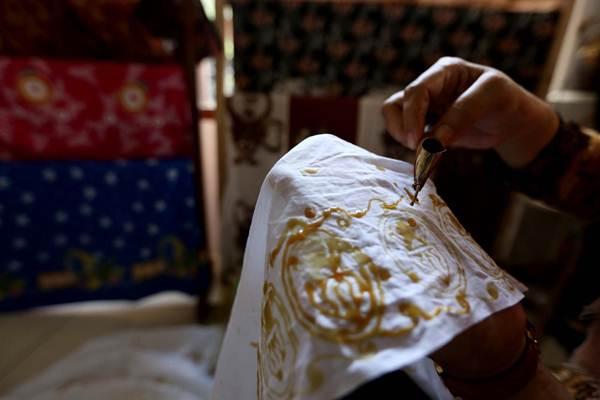 Perajin memproduksi batik dengan metode pewarnaan alami dan ramah lingkungan, di Tapos Depok, Jawa Barat, Kamis (10/1/2019). - Bisnis/Nurul Hidayat