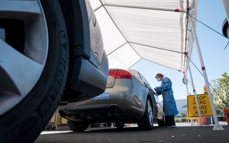 Mobil mengantre di fasilitas tes Covid-19 - Bloomberg