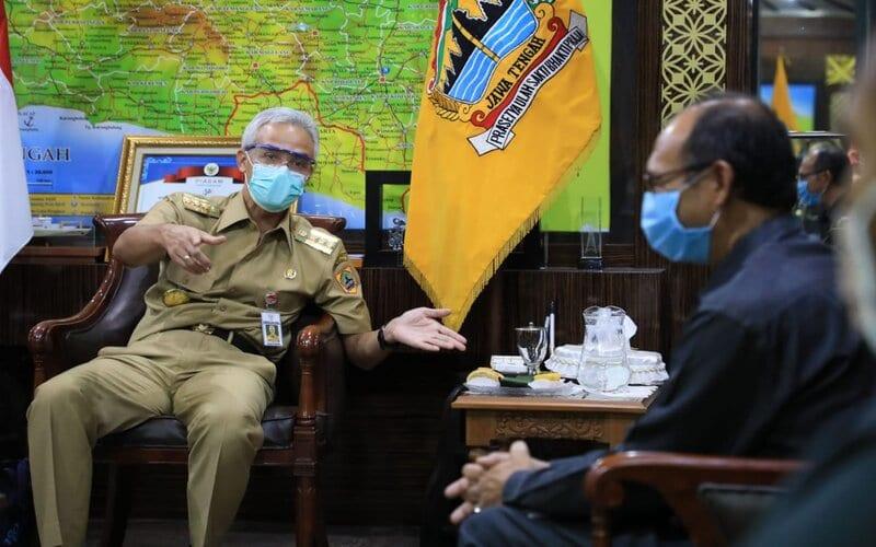 Gubernur Jawa Tengah Ganjar Pranowo berbincang dengan Kepala BPS Jateng, Sentot Bangun Widoyono. - Ist