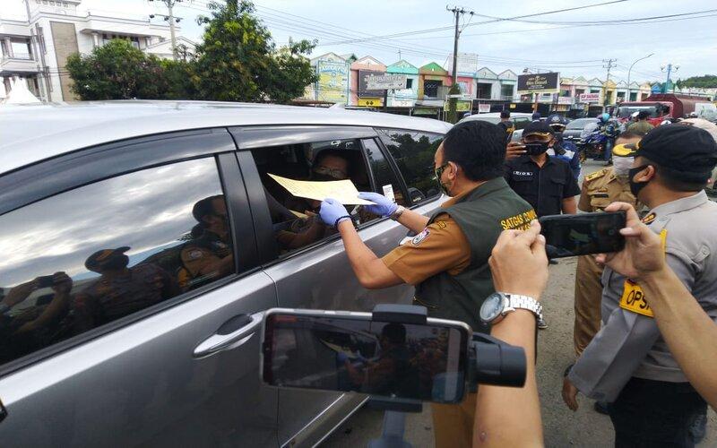Pemeriksaan surat bebas Covid-19 oleh tim gugus tugas Covid-19 dan petugas gabungan di perbatasan Maros-Makassar bagi pengendara yang hendak masuk ke Makassar, Senin (13/7 - 2020).