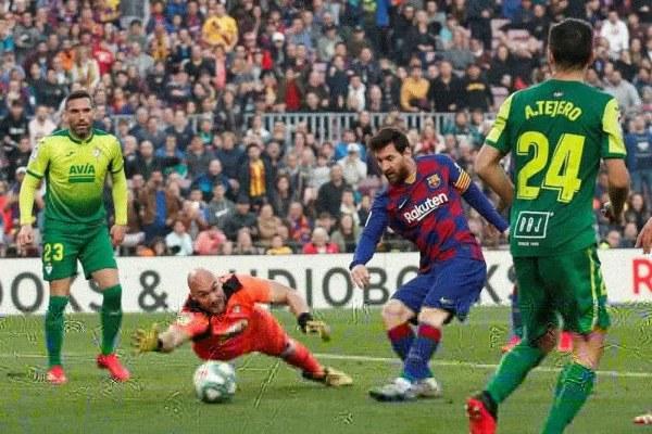 Megabintang Barcelona Lionel Messi (kedua kanan) mencetak gol keempatnya ke gawang Eibar dalam laga lanjutan Liga Spanyol di Stadion Nou Camp, Barcelona, Spanyol, Sabtu (22/2 - 2020).(ANTARA)\n