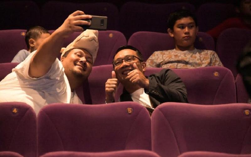 Gubernur Jabar Ridwan Kamil berfoto bersama warga di dalam bioskop, sebelum wabah Covid-19 menyebar di Indonesia. - Istimewa
