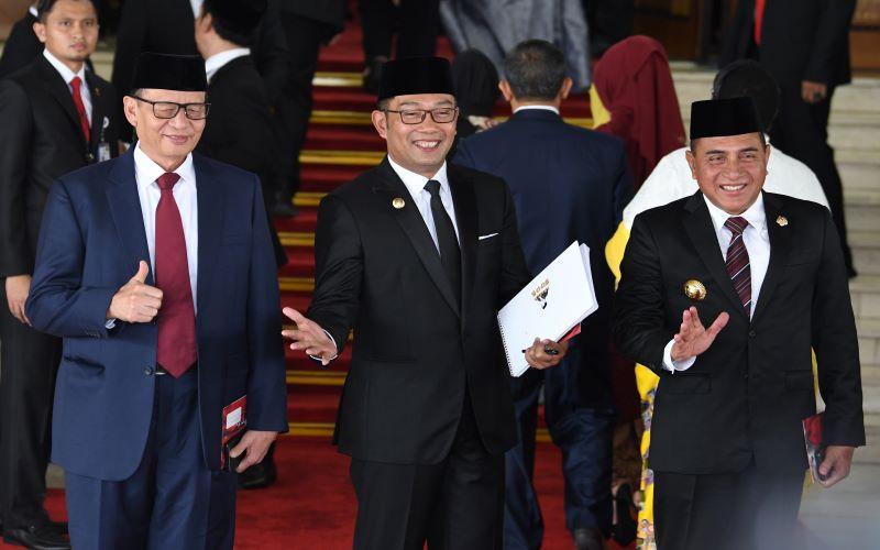 Gubernur Banten Wahidin Halim (kiri) bersama Gubernur Jabar Ridwan Kamil (tengah) dan Gubernur Sumut Edy Ramhayadi (kanan) dalam pelantikan Presiden 2019. - Antara / Muhammad Adimaja