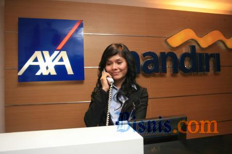 Ilustrasi - Karyawan sedang beraktivitas di depan logo AXA Mandiri.  - Istimewa.