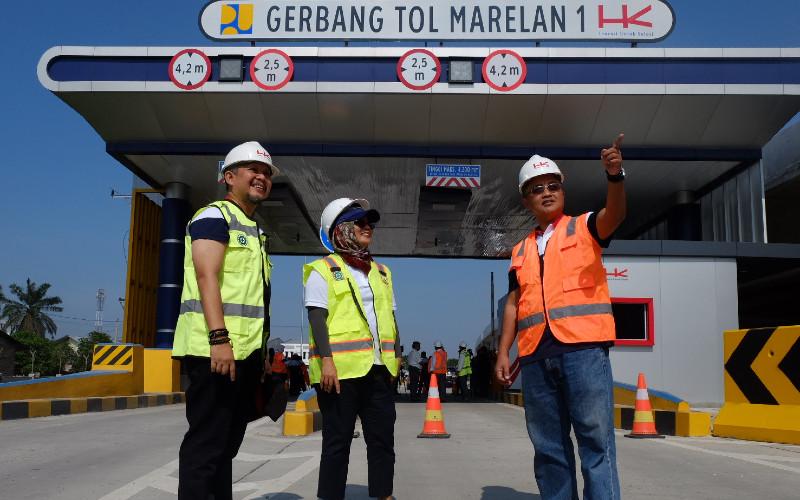 Direktur Keuangan PT Hutama Karya (Persero) Anis Anjayani (tengah) berbincang dengan Direktur Perumusan Kebijakan dan Evaluasi Kemenenterian PUPR Herry Trisaputra Zuna (kiri) dan Direktur Pengelolaan Risiko Keuangan Negara, Direktorat Jenderal Pengelolaan Pembiayaan dan Risiko Kementerian Keuangan Brahmantio Isdijoso disela-sela acara meninjau jalan tol Medan-Binjai yang merupakan bagian dari Tol Trans Sumatera di Dili Serdang, Sumatera Utara, Rabu (6 - 3). /Bisnis.Com