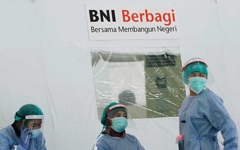 Petugas medis menunggu peserta yang akan mengikuti swab test gratis saat acara BNI Berbagi Swab Test di di area parkir Gelora Bung Karno, Jakarta, Kamis (21/5/2020). Bisnis - Himawan L Nugraha