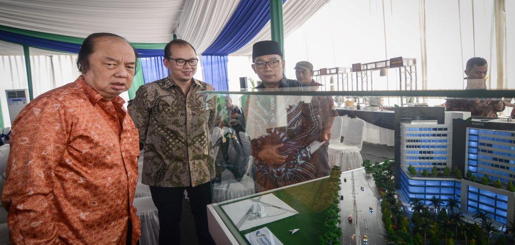 Gubernur Jawa Barat Ridwan Kamil (kanan) bersama Owner Mayapada Grup Dato Sri Tahir (kiri) dan Grup CEO Mayapada Healthcare Jonathan Tahir (tengah) meninjau maket rumah sakit Mayapada. - Antara / Raisan Al Farisi