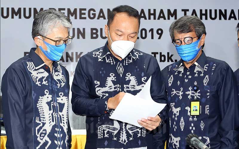 Direktur Utama PT Bank Bukopin Tbk. (BBKP) Rivan A. Purwantono (tengah) berbincang dengan Direktur Jong Hwan Han (kiri) dan Direktur Adhi Brahmantya seusai Rapat Umum Pemegang Saham Tahunan (RUPPST) di Jakarta, Kamis (18/6). RUPST tersebut menyetujui pengangkatan Rivan A. Purwantono sebagai Direktur Utama menggantikan Eko Rachmansyah Gindo. Bisnis - Abdullah Azzam