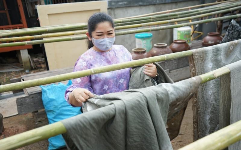 Ketua TP PKK Sumsel Feby Deru meninjau proses pembuatan kain jumputan dengan pewarna alami. istimewa