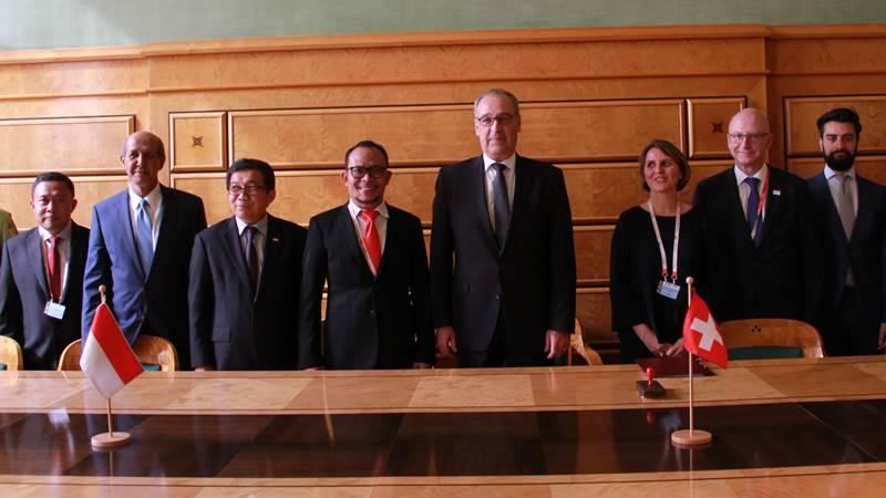 Dubes RI untuk Swiss dan Liechtenstein Muliaman Hadad (ketiga dari kiri), Menteri Tenaga Kerja RI Hanif Dhakiri (keempat dari kiri, dan Departemen Federal Bidang Ekonomi, Pendidikan, dan Penelitian Konfederasi Swiss Guy Parmelin (kelima dari kiri). - dok. Kemenaker