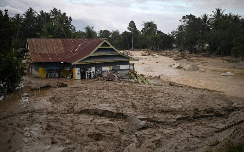 Sebuah rumah tenggelam lumpur akibat banjir bandang di Desa Radda, Kabupaten Luwu Utara, Sulawesi Selatan, Selasa (14/7/2020). - Antara/Hariandi Hafid
