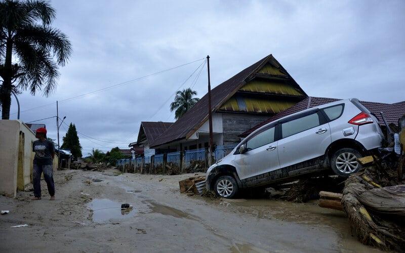 Sebuah mobil terseret banjir bandang di Kecamatan Masammba, Kabupaten Luwu Utara, Sulawesi Selatan, Rabu (15/7/2020). Banjir bandang yang terjadi akibat tingginya curah hujan tersebut mengakibatkan 16 orang meninggal dunia dan puluhan warga dilaporkan masih dalam pencarian, sementara ratusan rumah rusak berat dan hilang. - Antara/Abriawan Abhe