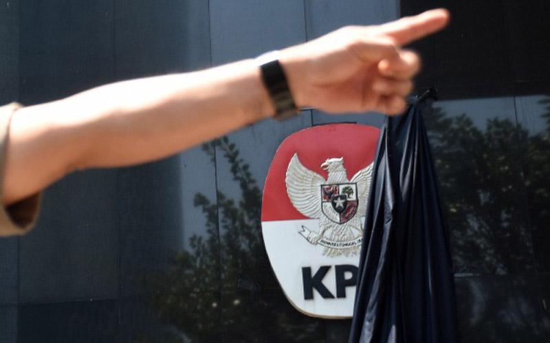Selembar kain hitam yang menutupi logo Komisi Pemberantasan Korupsi (KPK) tersibak saat berlangsungnya aksi dukungan untuk komisi tersebut di Gedung Merah Putih KPK, Jakarta, Selasa (10/9/2019). - ANTARA FOTO/Indrianto Eko Suwarso