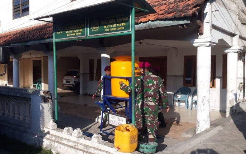 Prajurit memasang instalasi cuci tangan bagian dari protokol kesehatan di masa pandemi Covid-19. - Antara