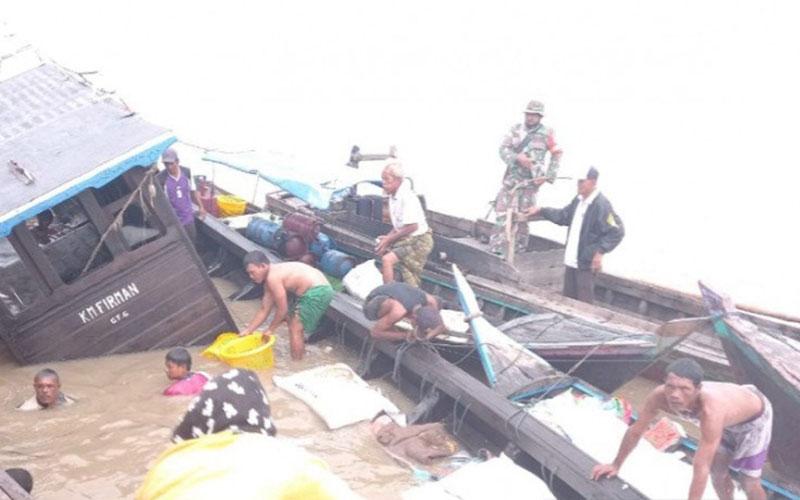 Proses evakuasi saat kapal pengangkut sembako karam di Indragiti Hilir, Riau./Antara - Polres Indragiri Hilir