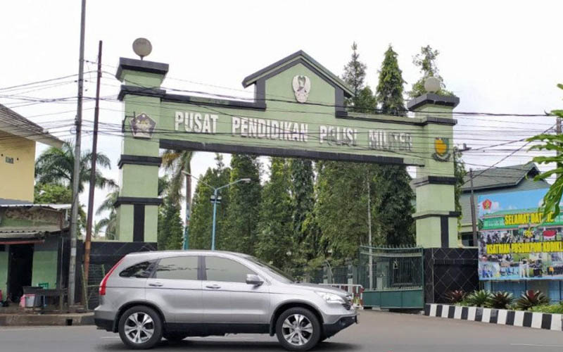 Mobil melintas di depan pintu gerbang Pusat Pendidikan Polisi Militer Angkatan Darat (Pusdikpom AD) di Kota Cimahi, Jawa Barat Jumat 10 Juli 2020. - Antara/Bagus Ahmad Rizaldi