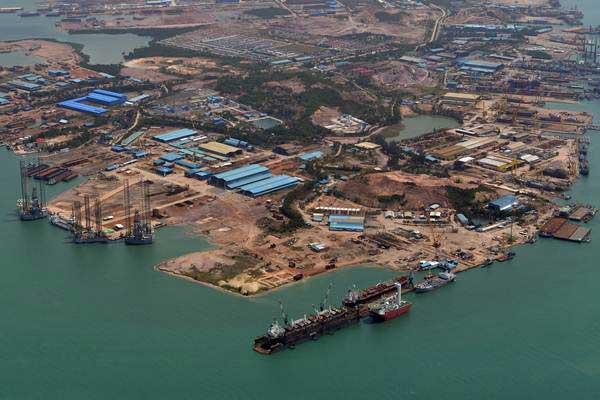 Suasana pembuatan kapal di galangan kapal Batam, Senin (5/2/2018). - ANTARA/Wahyu Putro A