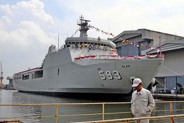Karyawan berjalan di galangan kapal PT PAL Indonesia. - JIBI/Wahyu Darmawan