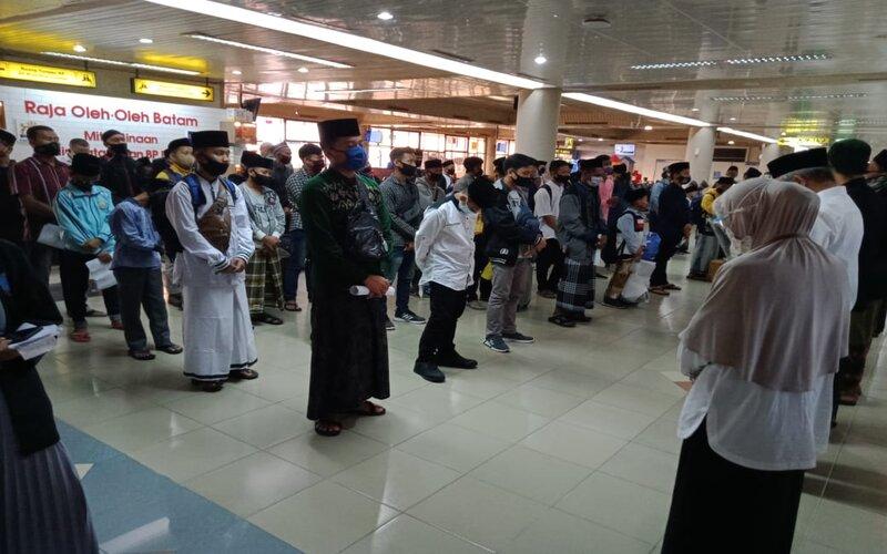 Santri tujuan Ponpes Lirboyo saat akan naik pesawat di Bandara Hang Nadim Batam. - Bisnis/Bobi Bani.