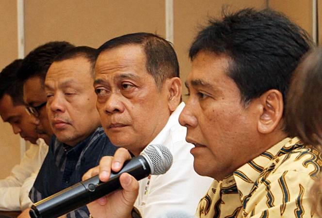 Ketua Umum Asosiasi Pengusaha Indonesia (Apindo) Hariyadi B. Sukamdani (dari kanan) bersama President Konfederasi Serikat Buruh Indonesia (KSBSI) Mudhofir, dan Ketua Harian Konfederasi Serikat Pekerja Seluruh Indonesia (KSPSI) Syukur Sarto menjawab pertanyaan wartawan, di Jakarta, Kamis (11/4/2019). - Bisnis/Endang Muchtar
