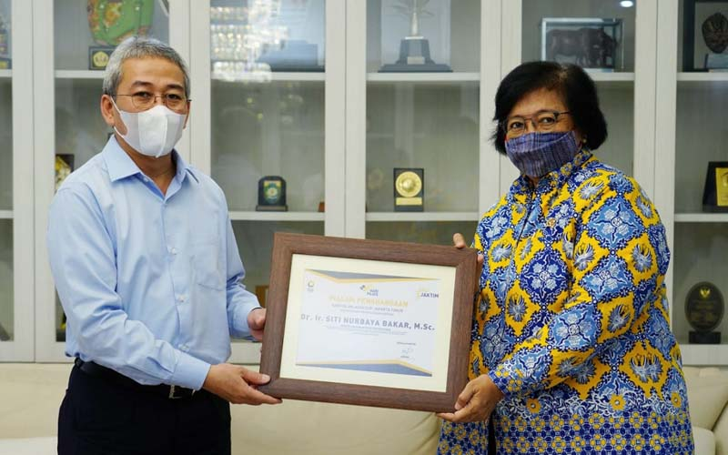 Kepala Kanwil DJP Jakarta Timur Arfan (kiri) menyerahkan penghargaan kepada Menteri LHK Siti Nurbaya atas keteladanan dan peran serta dalam mendorong kepatuhan dan kesadaran pajak, Rabu (15/7/2020). - Istimewa
