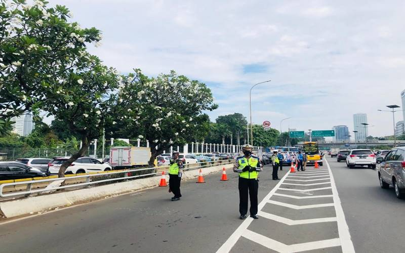 Polri mengatur dan mengamankan kegiatan penyampaian pendapat di depan DPR/MPR, kamis (16/7/2020). JIBI - Bisnis/Nancy Junita @Twitter TMC Polda Metro Jaya
