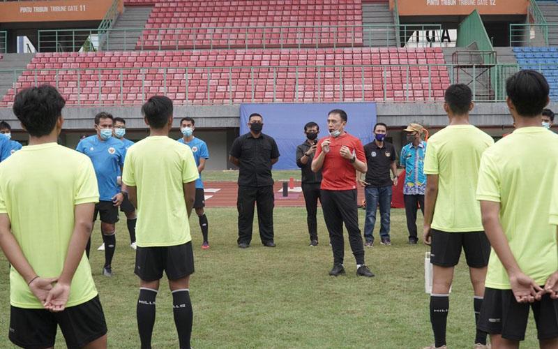Ketua Umum Persatuan Sepak Bola Seluruh Indonesia (PSSI) Mochamad Iriawan (merah) memberi arahan ketika mengunjungi pemusatan latihan Timnas Indonesia U-16. - PSSI.org