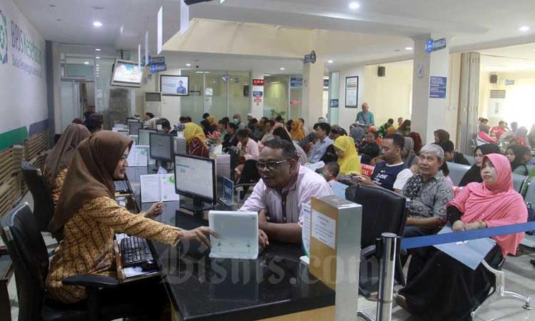 Ilustrasi - Masyarakat melakukan proses administrasi kepesertaan BPJS Kesehatan di Makassar, Sulawesi Selatan, Selasa (10/2/2020). Bisnis - Paulus Tandi Bone