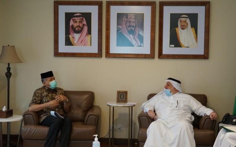 Foto: Plt Gubernur Aceh Nova Iriansyah (kiri) berbincang dengan Duta Besar Arab Saudi Esam Abid Althagafi (kanan) terkait penambahan quota Haji di Kedutaan Besar Arab Saudi, Jakarta, Kamis (16/7/2020) - Dok./Humas BPPA
