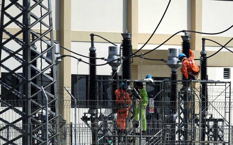 Teknisi PT PLN (Persero) melakukan pengerjaan pemeliharaan jaringan listrik di Gardu Induk 150KV GIS Gedebage, Bandung, Jawa Barat, Rabu (13/5/2020). Bisnis - Rachman
