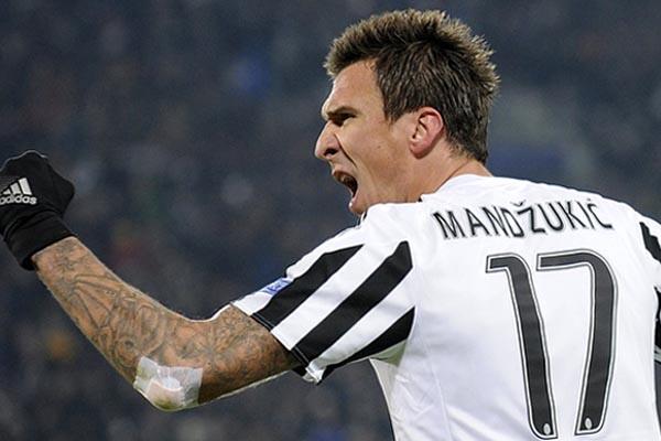 Mario Mandzukic saat membela Juventus./Reuters - Giorgio Perottino