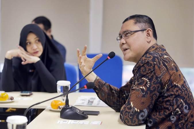 Direktur Utama BNI Syariah Abdullah Firman Wibowo (kanan) didampingi Corporate Secretary Rima Dwi Permatasari memberikan paparan saat kunjungan ke kantor redaksi Bisnis Indonesia, di Jakarta, Senin (25/3/2019). - Bisnis/Felix Jody Kinarwan