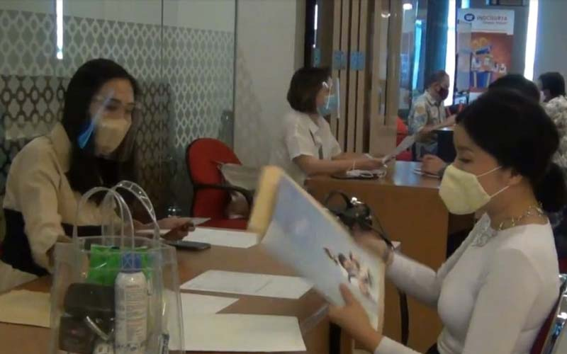 Anggota KSP Indosurya lansia, sakit, serta yang membutuhkan dana segera yang menjadi prioritas, mulai mencairkan dananya di kantor KSP Indosurya, Jakarta. - Istimewa