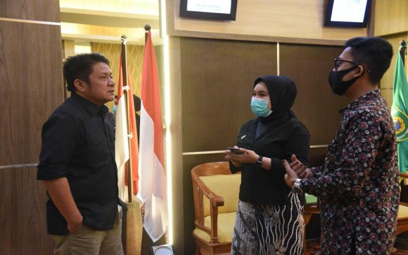 Gubernur Sumsel Herman Deri (kiri) berbincang dengan tim Grab Indonesia terkait pengembangan UMKM. istimewa