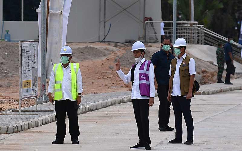 Presiden Joko Widodo (tengah) berbincang dengan Kepala BNPB Doni Monardo (kanan) dan Menteri PUPR Basuki Hadimuljono saat peninjauan Rumah Sakit Darurat Penanganan COVID-19 di Pulau Galang, Batam, Kepulauan Riau, Rabu (1/4/2020). Kunjungan kerja tersebut untuk memastikan kesiapan rumah sakit yang akan mulai beroperasi pada Senin 6 April 2020 mendatang. ANTARA FOTO - Sigid Kurniawan