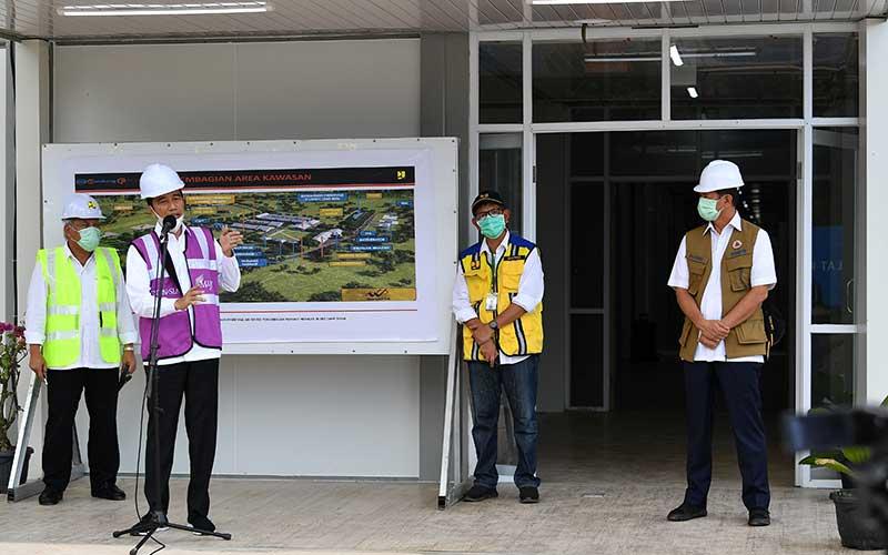 Presiden Joko Widodo (kedua kiri), didampingi Kepala BNPB Doni Monardo (kanan), Menteri PUPR Basuki Hadimuljono (kiri) serta Dirjen Cipta Karya Kementerian PUPR Danis H Sumadilaga memberikan keterangan pers saat meninjau Rumah Sakit Darurat Penanganan COVID-19 di Pulau Galang, Batam, Kepulauan Riau, Rabu (1/4/2020). Kunjungan kerja tersebut untuk memastikan kesiapan rumah sakit yang akan mulai beroperasi pada Senin 6 April 2020 mendatang. ANTARA FOTO/Sigid Kurniawan - foc.