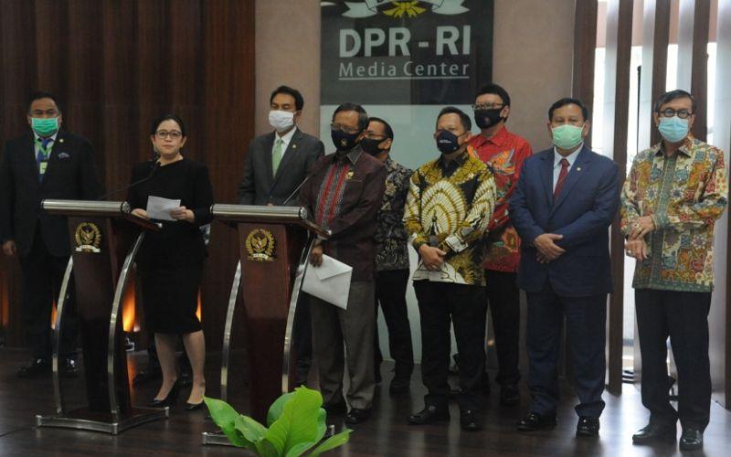(Kiri) Ketua DPR RI Puan Maharani didampingi Pimpinan DPR lainnya dan (tengah) Menko Polhukam Mahfud MD didampingi sejumlah menteri lainnya saat konferensi pers mengenai sikap pemerintah terkait RUU HIP di Gedung DPR, Kamis (16/7/2020) - Dok. Kemenkumham.