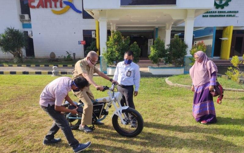 Kepala Dinas Perindustrian NTB Nuryanti bersama dengan Manager PLN UP3 Bima Maman Sulaeman melakukan uji coba sepeda listrik Matric-B./ANTARA-HO - PLN NTB