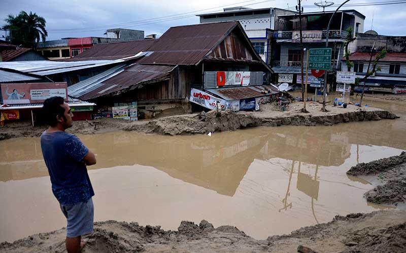 Warga memerhatikan rumah yang tertimbun lumpur akibat terjangan banjir bandang di Kecamatan Masammba, Kabupaten Luwu Utara, Sulawesi Selatan, Rabu (15/7/2020). ANTARA FOTO - Abriawan Abhe