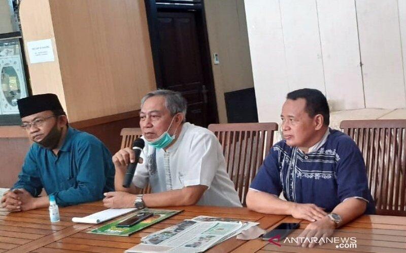 Ketua DPD PAN Kota Surakarta  Achmad Sapari (tengah) didampingi Sekretaris Dewan Pimpinan Wilayah (DPW) PAN Jawa Tengah Umar Hasyim (kanan), dan Sekretaris DPD PAN Kota Surakarta Dedi Purnomo (kiri) saat bertemu wartawan soal dukungan Pilkada 2020 di Solo, Jumat (17/7/2020). - Antara/Bambang Dwi Marwoto