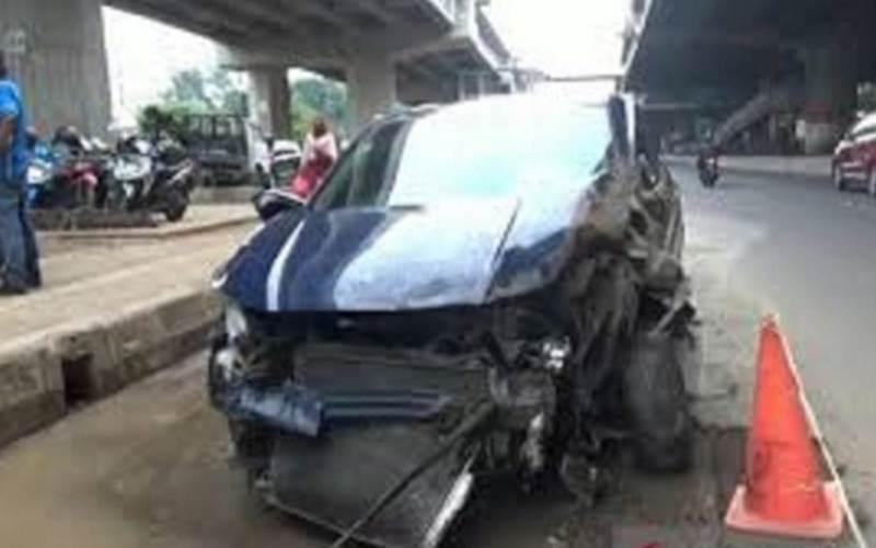 Mobil Honda HRV B 97 ARP yang dikendarai ARP (23) terparkir di bahu Jalan DI Panjaitan usai terlibat kecelakaan, Rabu (15/7/2020). - ANTARA/Lantas Jaktim