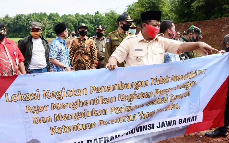 Wakil Gubernur Jawa Barat Uu Ruzhanul Ulum menutup lokasi galian tanah merah tak berizin di Desa Kertarahayu, Kecamatan Setu, Kabupaten Bekasi