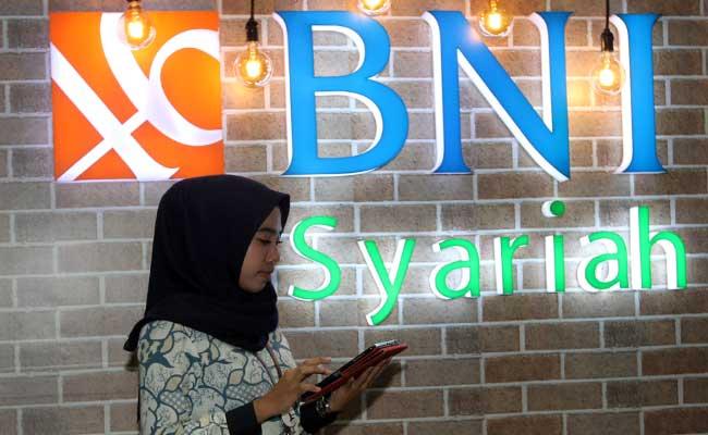 Karyawan beraktivitas didekat logo BNI Syariah di Jakarta. Bisnis - Endang Muchtar