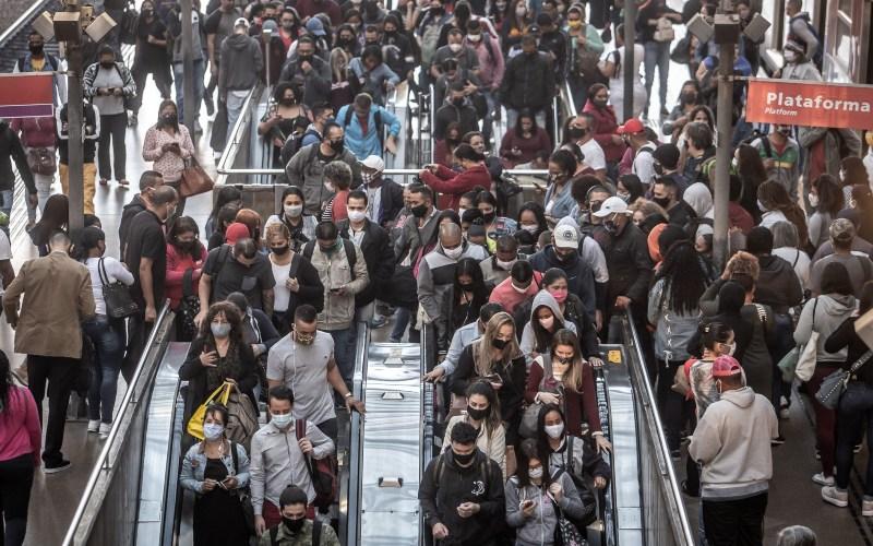 Calon penumpang kereta mengenakan masker di dalam stasiun kereta Luz di Sao Paulo, Brasil, Senin (22/6/2020). - Bloomberg/Jonne Roriz