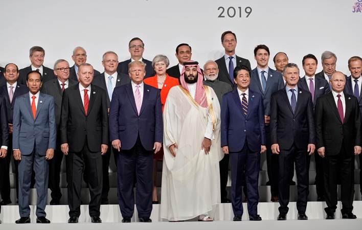 Presiden Joko Widodo (depan, kiri) berpose bersama para kepala negara, dan kepala pemerintahan negara G20 saat sesi family photo di sela-sela menghadiri KTT G20, di Osaka, Jepang, Jumat (28/6/2019).  Konferensi Tingkat Tinggi (KTT) G20 digelar pada tanggal 28-29 Juni 2019. - Reuters/Kevin Lamarque