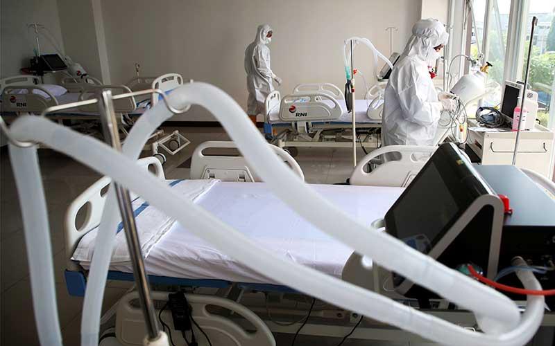 Petugas medis memeriksa kesiapan alat di ruang ICU Rumah Sakit Darurat Penanganan Covid-19 Wisma Atlet Kemayoran, Jakarta, Senin (23/3/2020)./ANTARA-/Kompas/Heru Sri Kumoro - Pool