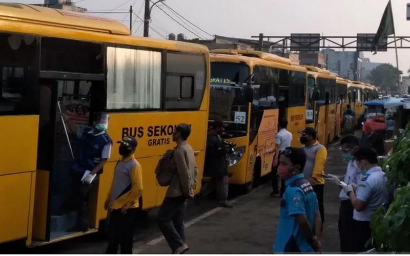 Bus bantuan dari Pemerintah Provinsi DKI Jakarta dan dari Kementerian Perhubungan, mengantri di Jalan Mayor Oking, di samping Stasiun Bogor, Senin (13/7/2020) pagi, siap membawa penumpang KRL ke Stasiun di Jakarta. - Antara