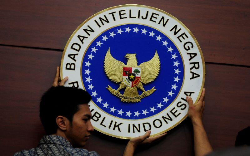 Petugas memasang logo Badan Intelijen Negara (BIN) di Kantor BIN Jakarta. - Antara/Wahyu Putro