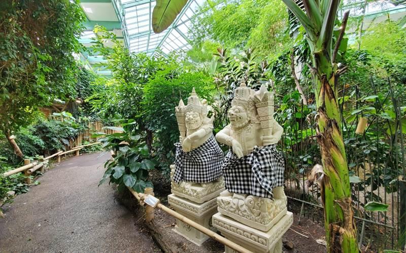 Patung khas Bali di taman tropis bernuansa Indonesai di Kebun Binatang Tiepark Berlin - KBRI Berlin